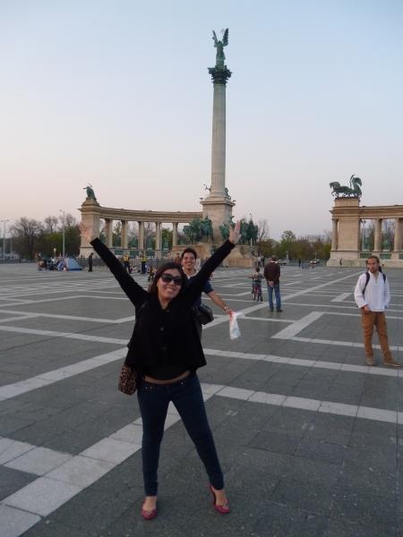 Praça dos heróis em Budapeste (e o meu amigo fazendo gracinha ali atrás)
